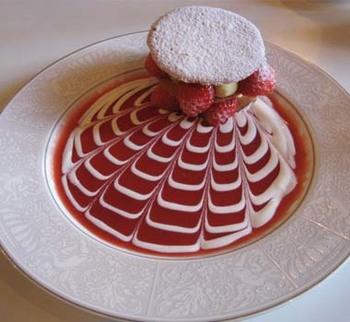 流麗な色彩美がとても素敵。 長楽館人気のスィーツ。苺のフィアンティーヌ。