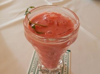フレッシュ苺と桜のジュース。