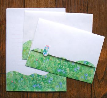 <ピクニックのレターセット>  野原にピクニックに出た女の子。緑の中でおむすびを食べています。そんな可愛らしいイラストのレターセット。大好きなお友達へのお手紙に♪