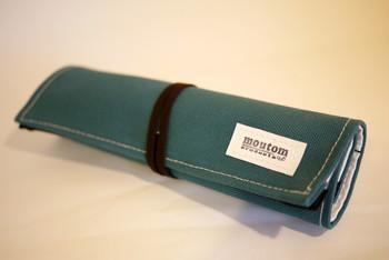 <帆布ロールペンケース>   国産の倉敷帆布で作られたペンケースです。本革で出来ている紐をほどくと、小分けにできるポケットがついている巻型のペンケース。