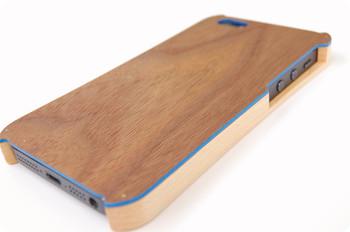 <iPhone 5/5s ハイブリッドケース>  木材と塩化ビニル樹脂のプラスチックを組み合わせた、耐久性も高いハイブリッドケースです。上部分・下部分の素材、ラインのカラーをすべて自由に選択してオーダーできるので、あなただけのケースに!