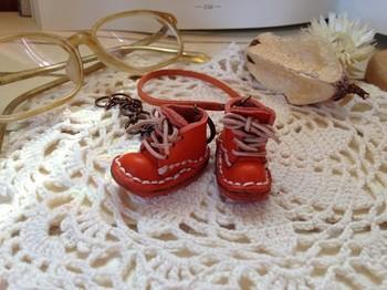 <小さな革靴ストラップ>  細部までしっかり作られたとってもちいさな革靴のストラップです。かわいい!