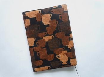 <ブックカバー コーヒー・タイム>  まるで木製のような色味のブックカバーです。まさにコーヒータイムの読書に使いたいですね♪