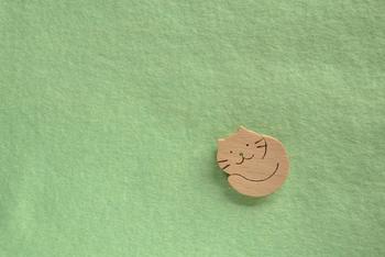 見た目は小さいのにいないと寂しい、そんな可愛らしいブローチ。 丸くくるまった猫の鼻にも色を入れる丁寧な作りが魅力です。
