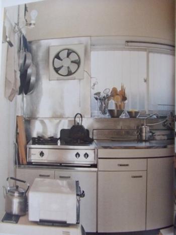 渡辺さんのキッチンは、意外にもとってもシンプル。 どこか懐かしい雰囲気です。  水回りやコンロも、料理と同じく丁寧に、 いつもピカピカに磨き上げられています。