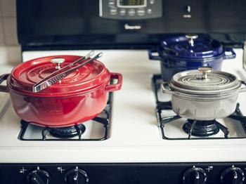 三つのSTAUB鍋を愛用。 無水調理ができる事が特徴のSTAUBは、 渡辺さんの料理には欠かせない存在なんだとか。  色合いも可愛いですね♪