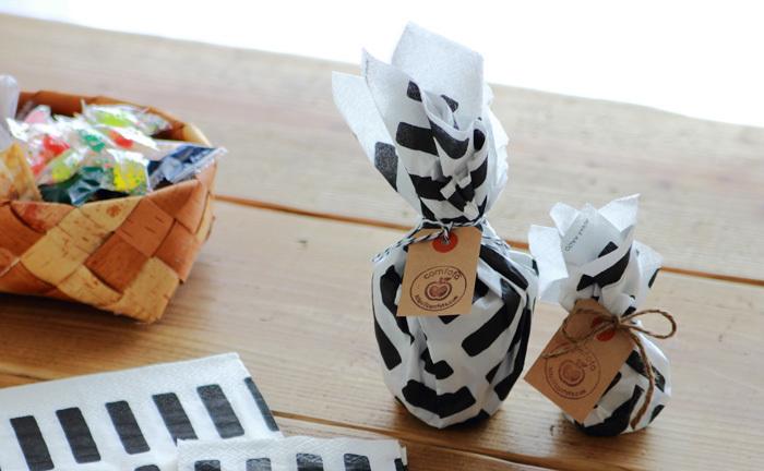 ホームパーティーで余ったお菓子が、キュートな手土産に変身。無造作にキュッと結ぶだけで絵になります。
