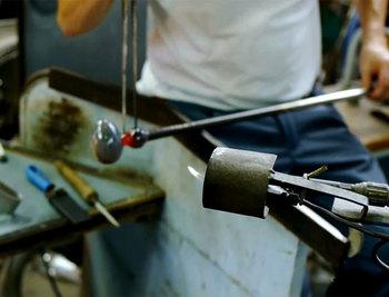 このAno Birdのボディーには、細かな気泡が入れられています。製造時にガラス玉の表面に煤を付け、その上にガラスを巻いて気泡を入れます。