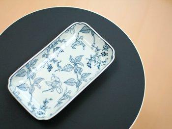 Stool 60購入のおまけとして、こんな素敵なお皿が!スコープ 、artek 、東屋のコラボ商品で、アイノ・アールトデザインのテキスタイルLentiを印判染付した長角皿です。