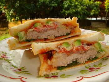 ひき肉をたっぷり使ったボリュームたっぷりのホットサンド。 トマトの赤、アボカドの緑ととっても色鮮やか!
