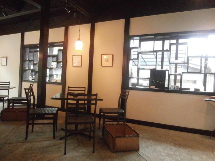 店内にはアンティーク家具が並べられています。窓枠などの造りも美しく、ほっと落ち着ける空間が広がっています。