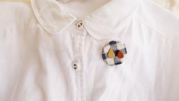リネンと本革を組み合わせた「2粒涙」のブローチ。洗いざらしのシャツや、クタっと使い込んだシンプルバッグによく映えます。