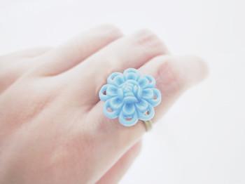 このお花、実はヴィンテージボタンなんです。このノスタルジックな風合いは、現代のものではなかなか出せません。