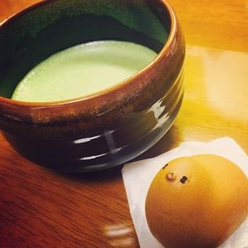 子供の頃、これが一番困っていました…。頭から食べようか、おしりから食べようか…?抹茶とも相性バツグンの「銘菓ひよ子」です。
