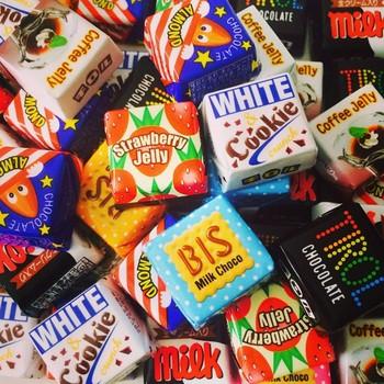 次々と誕生するチロルチョコの「包み」は「味の違い」だけではなく「人気キャラクター」だったり「他のお菓子」だったり「お正月仕様」だったりと自由自在です。