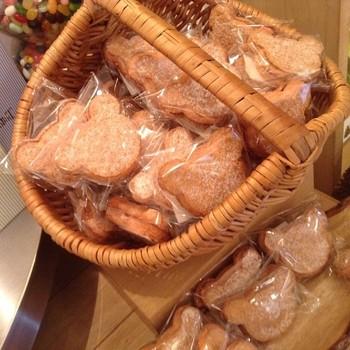 今、福岡で話題のスイーツ店「ヘンリーアンドカウエル」の「ダックワース」は素朴でかわいいお菓子です。九州産の素材にこだわったクマの形のお菓子が、いつか「福岡のかわいいお菓子」として語り継がれる日が来るのかもしれませんね。