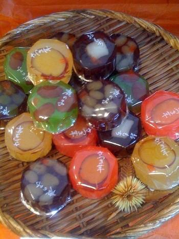 カラフルでかわいい「ゼリー羊羹」は「秋」を感じられるお菓子。中身は「鹿の子」「お芋」「お餅」の3種類です。カフェも営むコーヒーショップで「小さな秋」見つけました♪