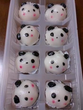 福岡で餃子・包子・焼売などの「点心」を作っている食品メーカーから発売されている「パンダノミーチ」です。ひとつひとつ手作業で顔を描いているので、ビミョ~に「個性」があって楽しいですね。他にも「動物シリーズ」があるというから、工場見学に行くしかありません!
