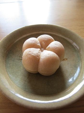学問の神様「太宰府天満宮」の神木の伝説にまつわる「飛び梅」にちなんだ、白餡と金時豆がたっぷり入った極上最中「梅もなか」です。ふっくらとした梅の形は丁寧に手作りされたもの。可愛いというより、これはもう「芸術」の域ですね。