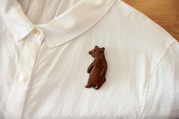 なんでもない白シャツも、クマくんのおかげでほっこり和み系の装いに。  ■キエリ舎/くまブローチ