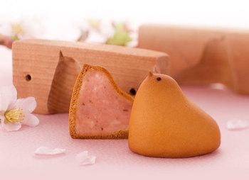 「ひよ子」は季節の変わりめに、よくお色直しをします。こちらは春の装い「桜ひよ子」♪中身の餡もピンク色です。