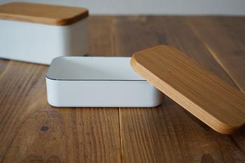 《バターケース》 琺瑯は熱伝導率が良いので冷却性に優れ、バターケースにはピッタリの保存容器。  蓋は桜材。カッティングボードとして使えて便利。 材質、形状共に素晴らしいバターケースは、そのまま食卓へ。