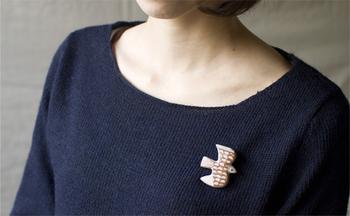 胸元を可愛らしく飾るブローチ。 どこへでも一緒へ出かけたい、素敵な作品。