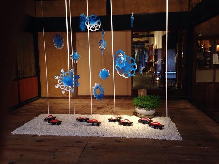 玄関には季節感を感じさせるオブジェが飾られています。  (photo by koma)