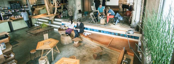 開放的なカフェバーとラウンジスペース。どこに座ろうか迷っちゃいますね。