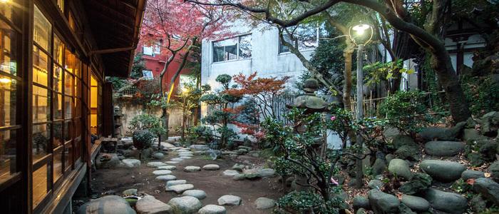 お庭の木々、庭石、縁側のある風景。