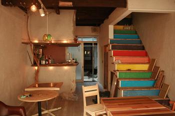 ■リビング 別棟のリビングはカラフルな階段が印象的!居心地がよさそう。自由にくつろげます。