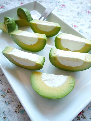 アボカドの種を抜いて、クリームチーズをたっぷり詰めました。へた部分が可愛くお皿に盛られているのがオシャレですね。レモンがかかっていて、さっぱりといただけます。