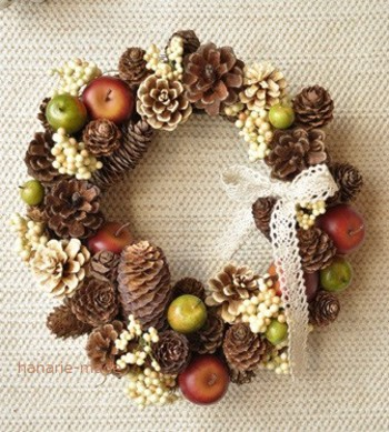 松ぼっくりやりんごの実を使った、ほっくりとしたケーキのようなドライリース。