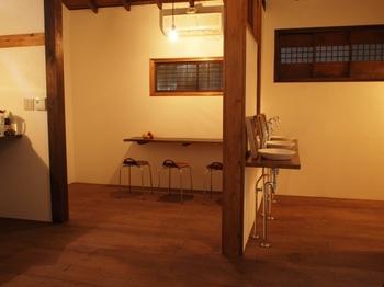 ■渡り部屋と洗面所 シンプルな暖かみのある空間。もとあるものを活かした形で改装されています。