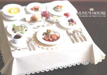 凄い豪華なディナー!といった感じのミニチュア。  素材から全部手作りという田中さんの作品はため息が出るほどです…