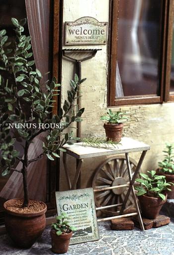 ガーデンテーブルのミニチュア。  素敵なお家のお庭の一角の様!
