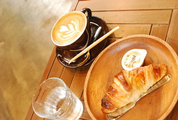 朝食はクロワッサンとカプチーノ♡海外へ旅行したときの朝食みたい!
