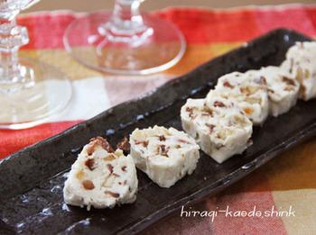 ナッツをクリームチーズに閉じ込めた絶対にワインがすすむ一品です。ナッツを香ばしく焼いておくのが美味しくなるポイントです。