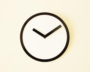 AIR FRAMEの「PICTO CLOCK」  もともと時間は携帯をみればいいからいらない、と思っていたそうですがご家族がないと不便だということで発見したのがこちらの時計。ブランド名や秒針どころか文字盤もない!