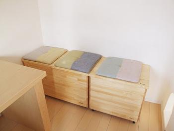 中川政七商店の座布団。  ベンチ収納の上に こちらを敷くと簡易ソファーに。 使用したら収納にしまうそうです。