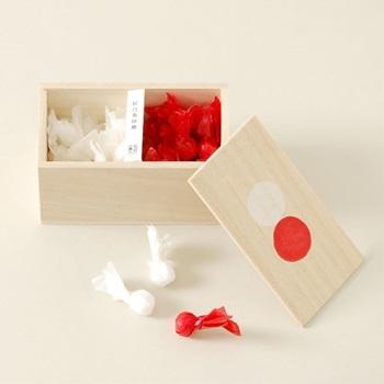 「桐箱に入った紅白寿砂糖」 金魚のような包み紙が可愛い紅白寿砂糖。 結婚式の引き出物やお祝いなどにおすすめです。