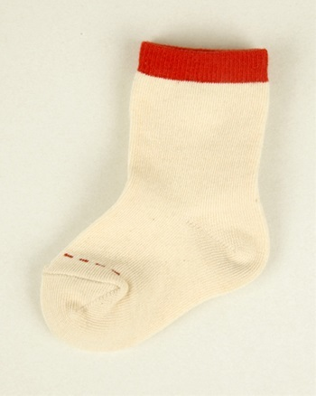 「オーガニック綿ベビー靴下 赤」 日本一の靴下の生産地・奈良で作られたオーガニック綿の靴下。 スタイとセットでプレゼントするのがおすすめです。 ホルムアルデヒドの移染を防ぐパッケージで、赤ちゃんにも安心。