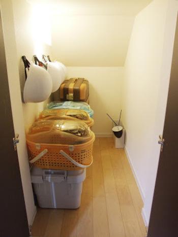 収納の部屋には、防災用品が並んでいます。 ヘルメットとケージとこまごまとした防災用品は無印良品の頑丈収納ボックスに。カセットコンロや水のいらないシャンプーなどの衛生用品など入っています。このボックスはいざとなれば椅子やテーブルにもなります。