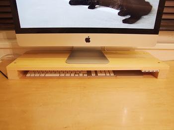 ご自分で作成したiMacの台。 猫ちゃんがキーボードの上にのって壊してしまうのでキーボード収納に。 また、USBのパブをセンターにとりつけて 周辺機器の接続の際、iMacをくるっと裏返しにする必要もなくなりました。