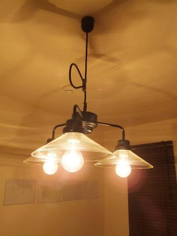 後藤照明のペンダンドライト。  もともとは旦那さまと2人暮しのときに使用していたものだろそうです。 ガラスのシェードは磨けば磨くほどピカピカに!
