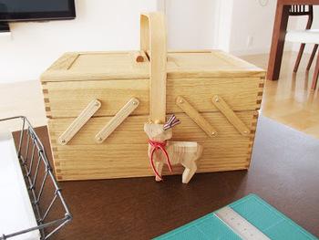 倉敷意匠の木の箱  こちらもよく登場する木の箱。 仕事道具を入れている、人気のソーイングボックス。 リビングで仕事をしたくなったらこれを持って移動できるので便利。メイク道具も、メイクをする場所が決まっていないので、取っ手のついた木の箱に収納しているそうです。