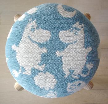 《スツール ピルビ&ムーミン Mサイズ(ラップランドブルー)》  青空の色を思わせるブルー。そしてウォーレンとムーミンが自然を、愛を、思わせる。家には温もりが欲しいもの。