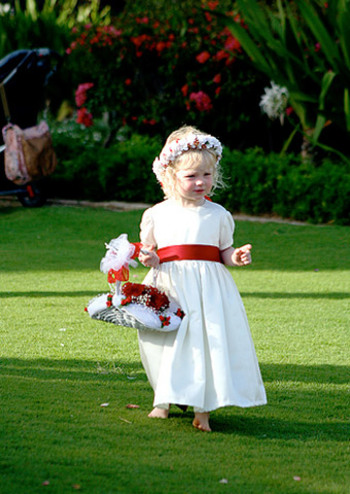 子供たちが溢れんばかりの花かごを持っているだけで、かなり微笑ましい雰囲気になりますよね。