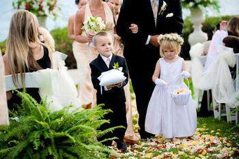 リングボーイ&リングガールは新郎が花嫁を待つあいだに、リングピローに乗せたリングを二人の元に届ける役目のことです。
