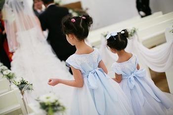 人数は一人か二人選ばれることが多いです。二人姉妹などにお願いしても良いかも…!